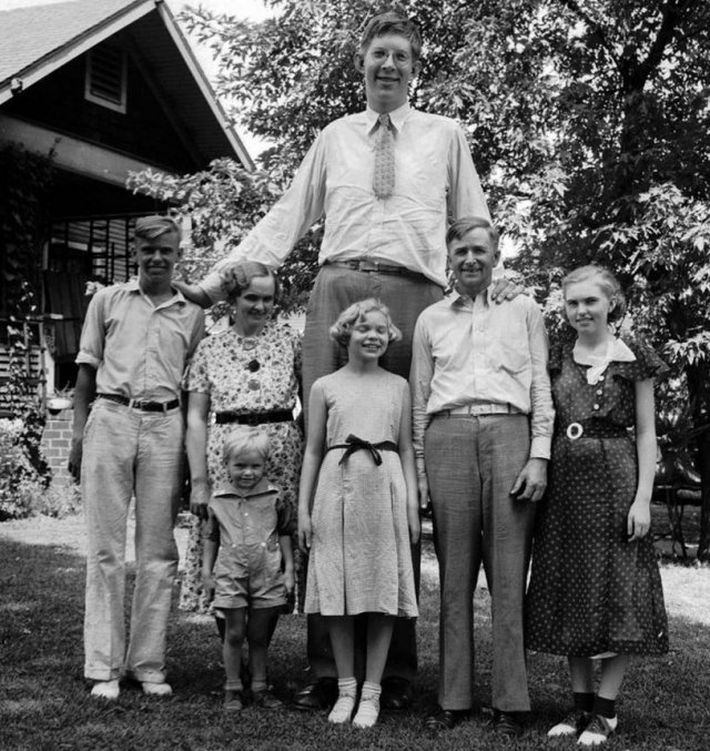 all-of-wadlows-relatives-were-of-normal-weight-and-stature-heres-a-family-photo-from-1935