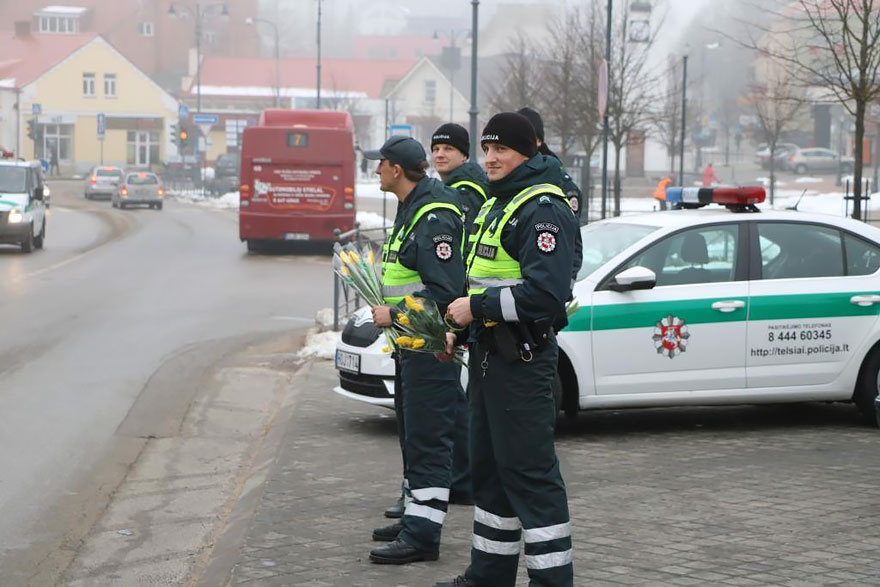 lithuanian-police-officers-give-flowers-international-womens-day-15