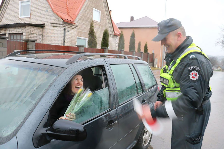 lithuanian-police-officers-give-flowers-international-womens-day-6