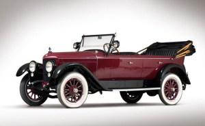 Automobil z roku 1920 na benzínovy pohon.