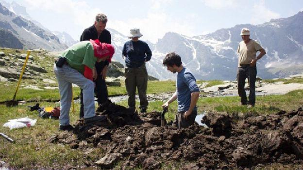 Vedci skúmajúci pôdu v Col de la Traversette