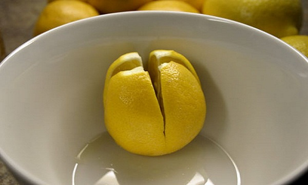 Cut-a-Few-Lemons-and-Place-Them-On-The-Bedside-In-Your-Bedroom-–-Here's-Why122