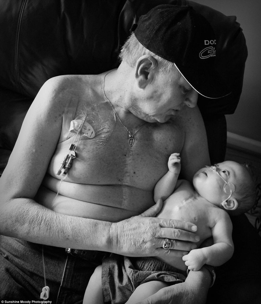 Incredibly-Touching-Photo-One-Life-is-Just-Beginning-While-the-Other-is-Coming-to-an-End-1