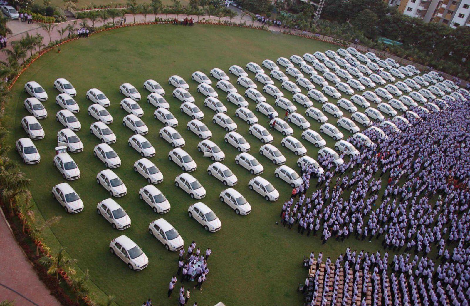 Indický šéf rozdá zamestnancom 1260 áut, 400 bytov, ale aj šperky. Za výborné výsledky si to vraj zaslúžia