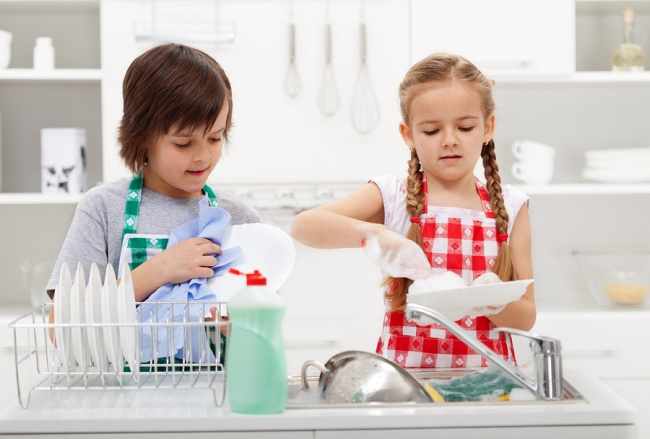 6634410-bigstock-kids-washing-the-dishes-in-the-59844575-1469514699-650-548c427dc8-1473787394