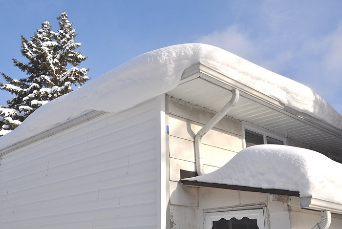 убрать снег с крыши частного дома