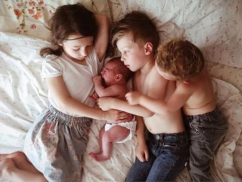 четверо детей на диване