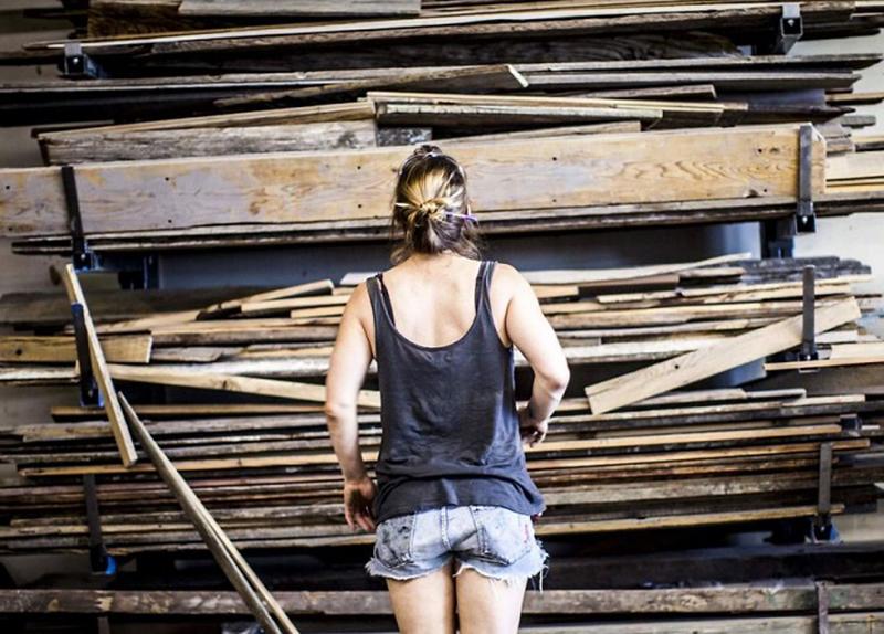 девушка и деревянные доски